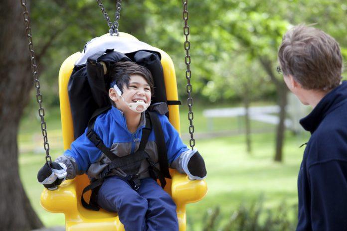 gehandicapt kind in rolstoel