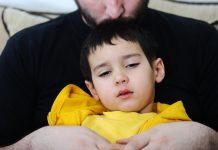 Vluchtelingenkind in armen vader