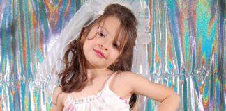 Eigenwijs kijkend meisjes in bruidsjurk