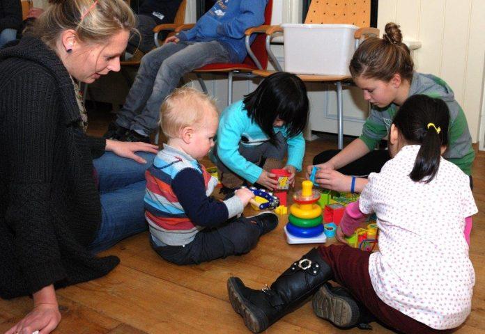 Vrijwilliger speelt met kinderen