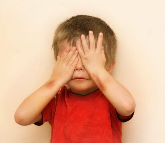 Kindermishandeling - Peuter slaat handen voor ogen