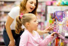 Geslachtsbevoordeling: moeder winkelt met dochter