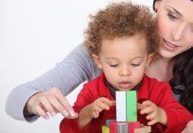 Geadopteerd kind speelt samen met pleegmoeder
