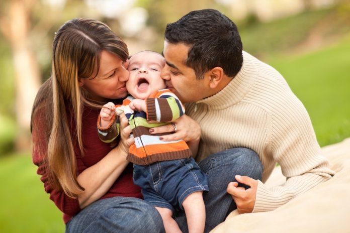 vader en moeder knuffelen kind