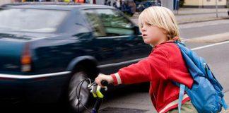 jongetje op fiets in verkeer