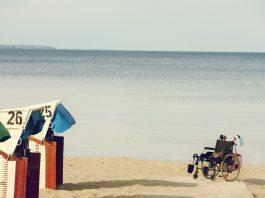 Rolstoel op strand