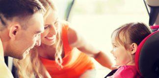 vader, moede en dochtertje in autostoeltje