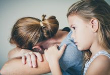Uitgebluste moeder met dochter