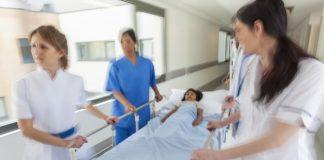 kind in ziekenhuisbed