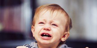 Peuter huilend in bedje