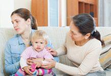 Moeder, peuter en hulpverlener
