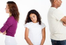 Verdrietig meisje met vader en moeder die gaan scheiden